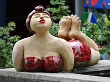Une femme pulpeuse à l'aise dans son corps et son âge