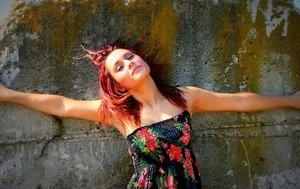 Une femme bras grands ouverts pour défier les injonctions