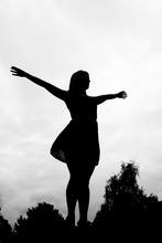 Une femme qui résiste aux injonctions se sent libre