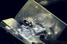 Une femme en plein sommeil dans un livre ouvert