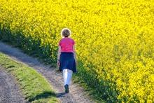 Une femme pratique la marche comme activité physique en pleine nature