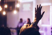 une femme en formation lève la main