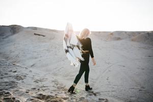 une femme en vacances libre dans la nature