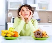 Femme qu ise demande à quel nutritionniste elle va s'adresser