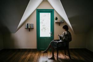 une femme se repose en vacances