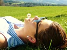 Une femme couchée dans l'herbe pour ses vacances
