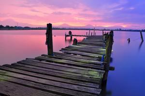 Oser aller voir au bout de la jetée seule en vacances un ciel rosé