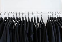 penderie avec uniquement du noir en vêtements