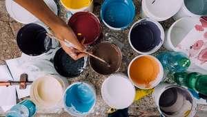 des pots de peinture prêts pour l'art-thérapie