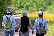 femmes main dans la main pour prendre soin les unes des autres