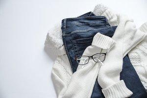 choix d'un jean et d'un pull blanc pour se vêtir