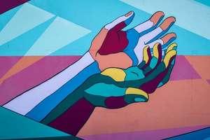 deux mains multicolores pour soin